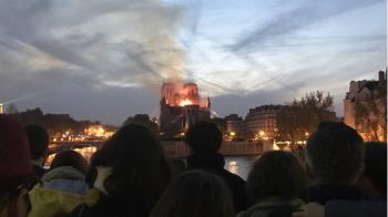 850年巴黎聖母院大火!巴黎人凝視心碎