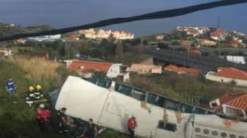 葡萄牙遊覽車翻覆…重砸路邊屋頂 傳28人死