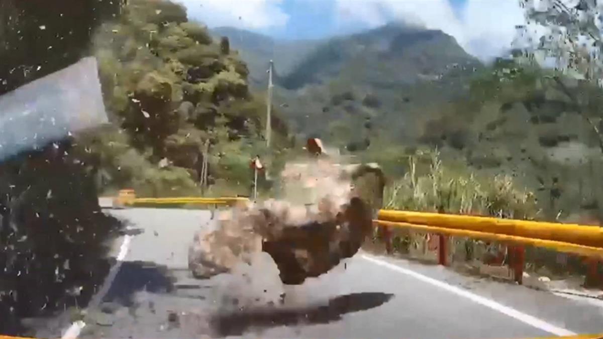 才說「搖很大力耶」 2秒後…巨石滾落險砸車