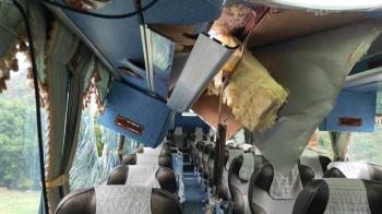 太魯閣巨大落石砸穿車頂!韓遊客嚇壞急送醫