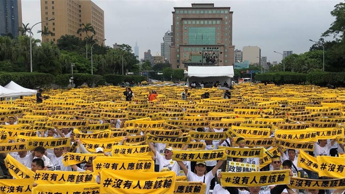 Uber駕駛不滿修法  200輛車凱道排字抗議