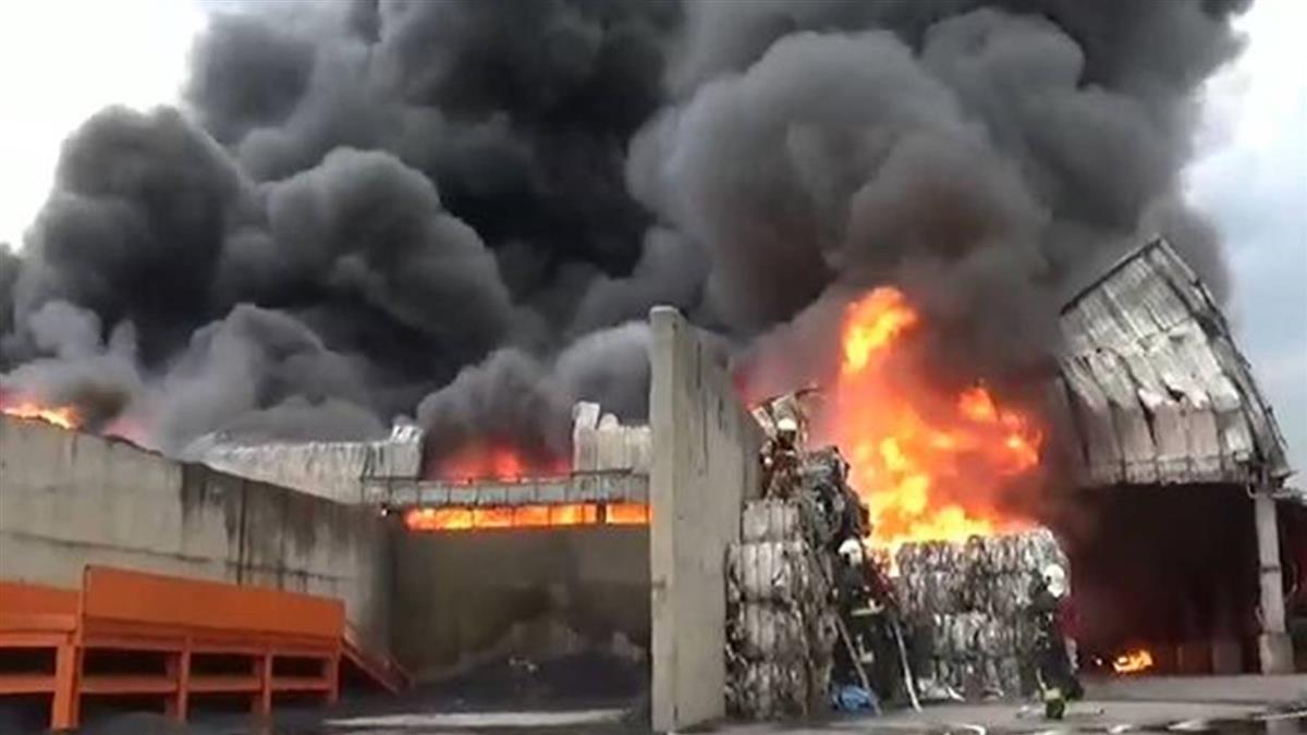 廢輪胎廠惡火燒16小時才滅 黑煙竄天刺鼻味濃