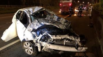 自小客車身深夜國道自撞 釀1死1傷