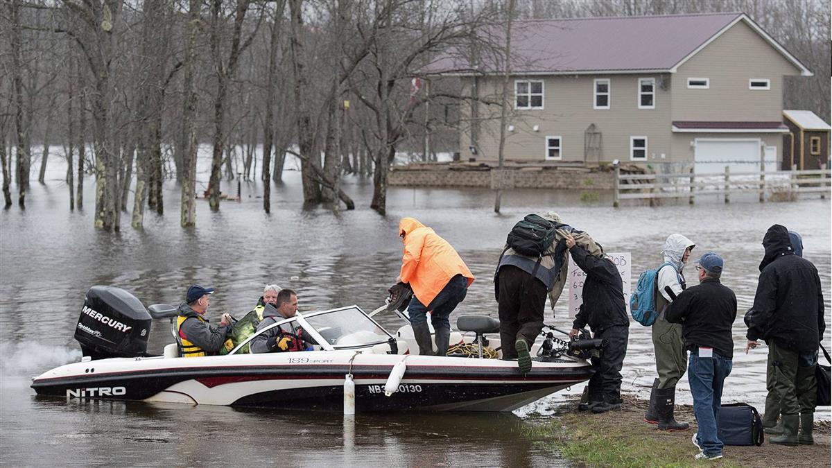 加拿大洪患撤離逾萬人!搜救員搶救遭遺留的寵物