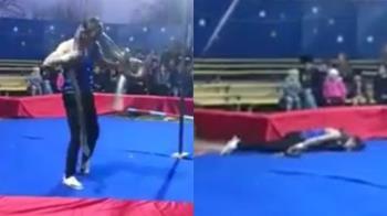 男抓巨蟒繞頸2圈…倒地慘死!觀眾以為表演嗨翻