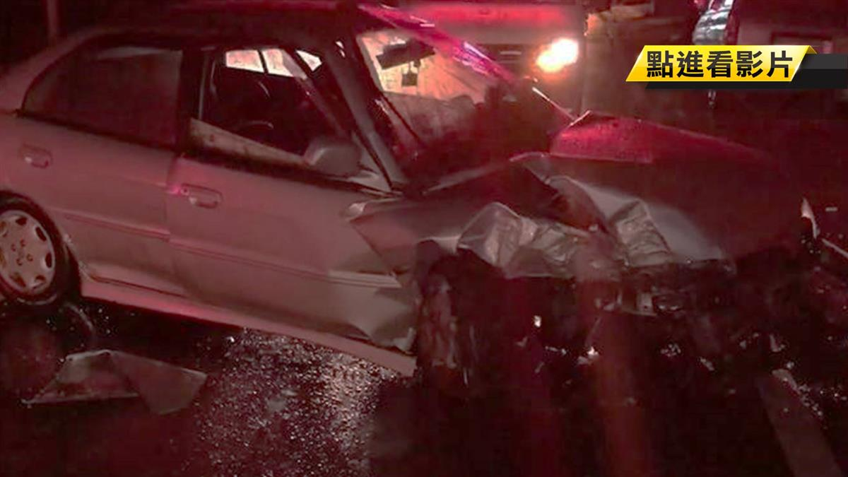 大雨深夜自撞電桿 車頭全毀駕駛人不見