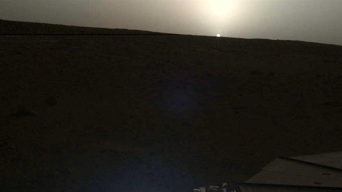 繼火星地震後...NASA洞察號再曝火星日出、日落照