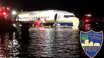 美軍用波音737 衝出跑道墜河!143人全數獲救
