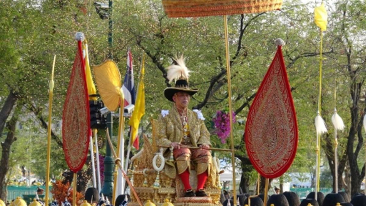 泰王遊行曼谷老城區 接受上萬民眾祝賀