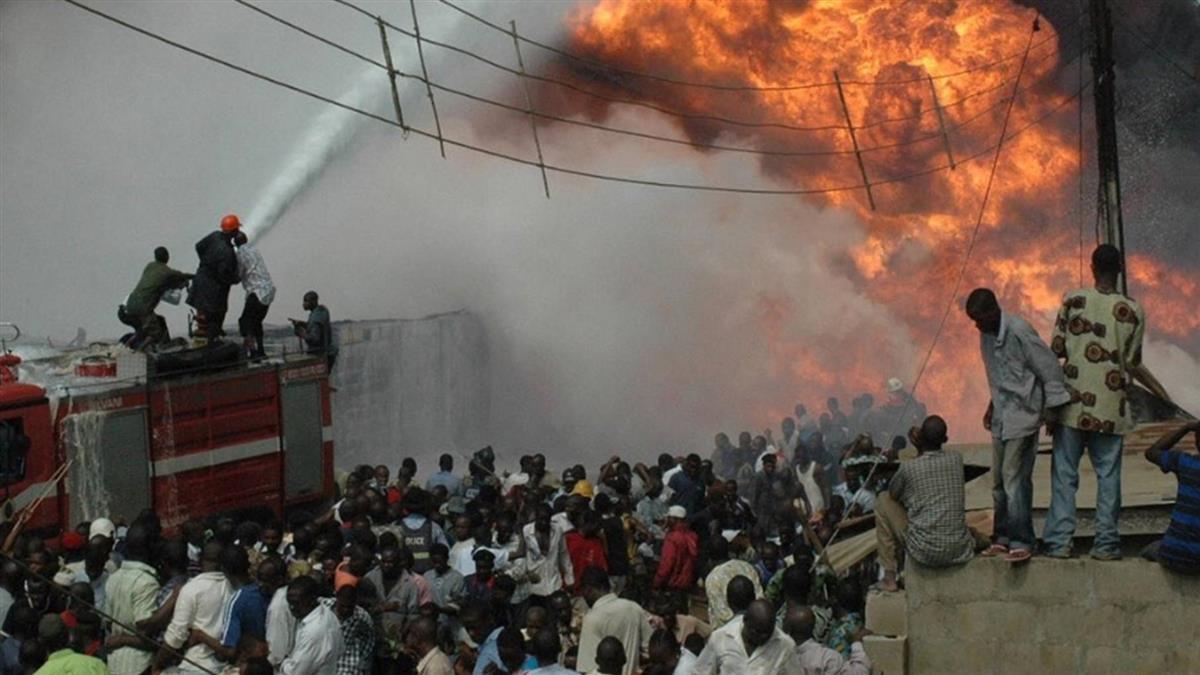 尼日油罐車翻覆爆炸  至少58死37傷