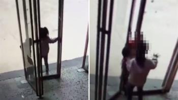頭卡玻璃門縫!女孩嚇壞急狂推 男童慘遭夾死
