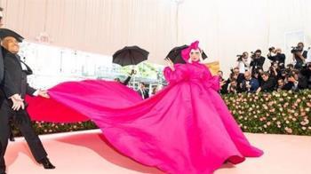 時尚界奧斯卡登場 卡卡紅毯變身秀超浮誇