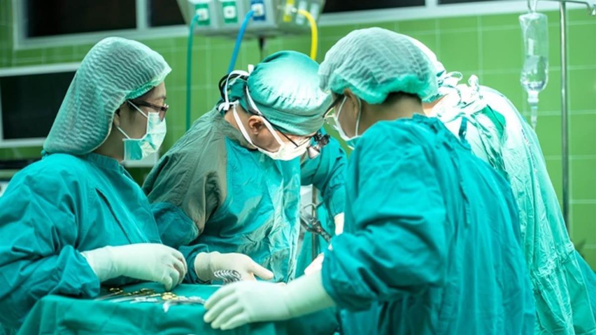 手術服必須是藍綠色?專家揭:穿錯色恐致命