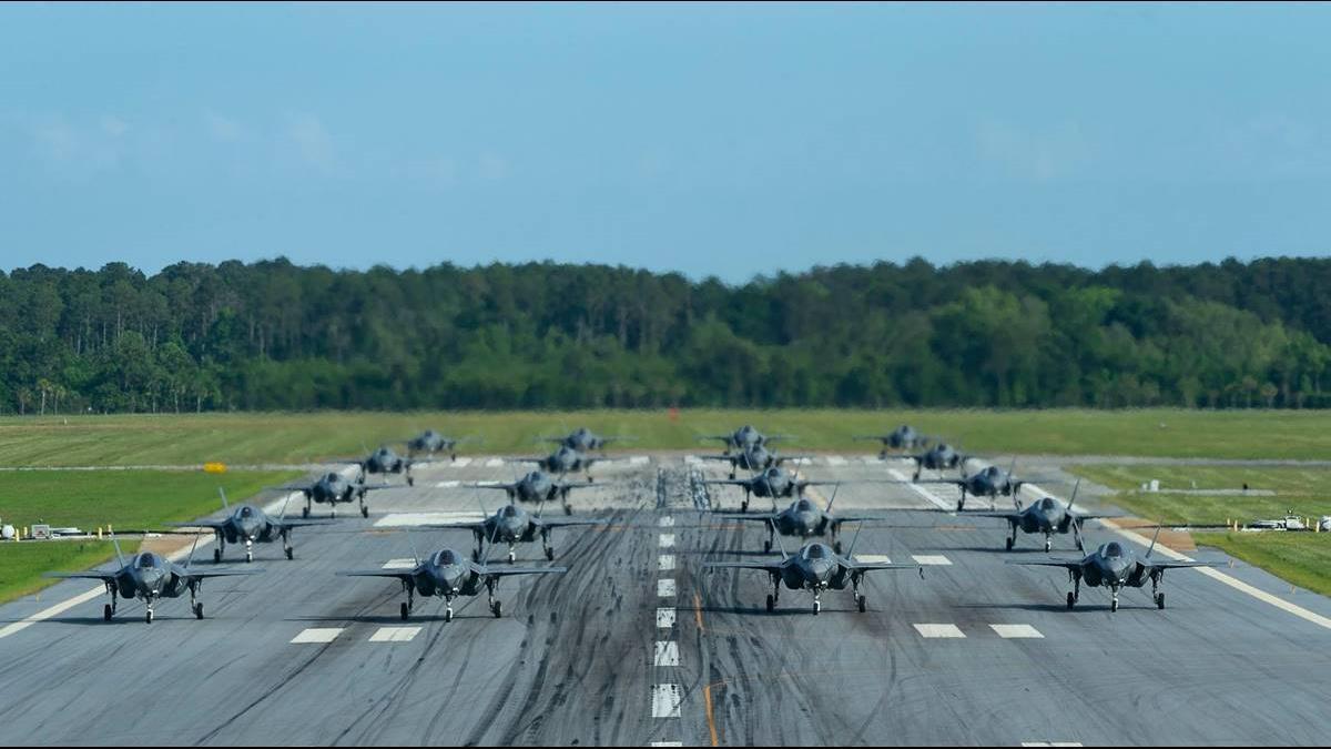美軍再秀肌肉!20架F-35B大象漫步展示軍力