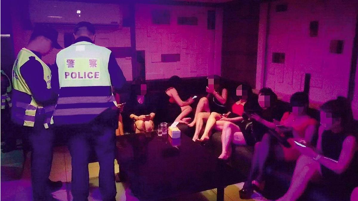 萬華包廂選妃!茶室低胸短裙坐一排 沙發特殊服務