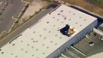 美F16戰機墜毀加州大樓釀火警 飛行員彈射逃生
