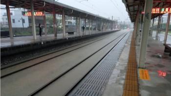 【更新】雨炸桃竹地區!台鐵北湖–湖口一度水淹軌面