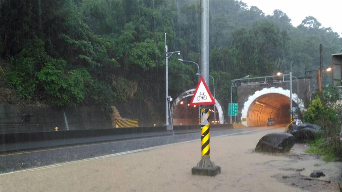 台14線落石積水單向封 小埔社馬路成河
