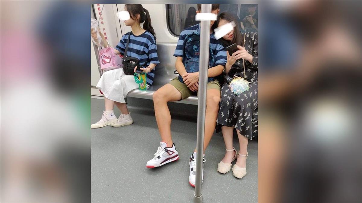 馬尾妹亂入!地鐵驚見尷尬情侶裝 慘變3人行