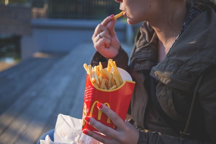 法式炸薯条, 快餐, 麦当劳, 吃, 女性, 手指, 食品, 女孩, 手, 户外, 人, 女子