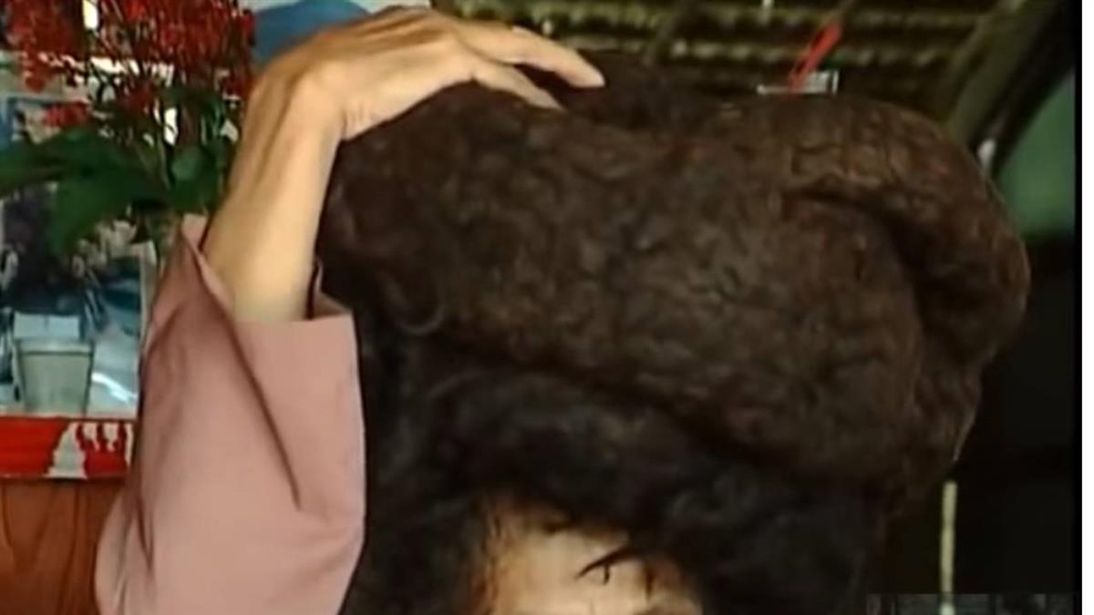 50年不剪頭髮!翁拿下頭套…毛髮盤據如巨蟒
