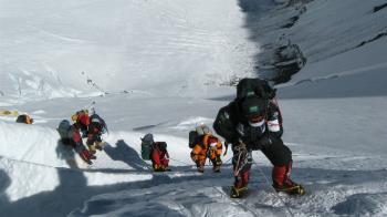 聖母峰攻頂枯等3hr!登山客寒風排隊奪3命
