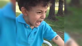 青蛙黏手臂…男童嚇哭!豬隊友媽一戳 結局崩潰