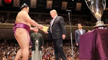 川普訪日看大相撲比賽 親頒獎盃給冠軍力士