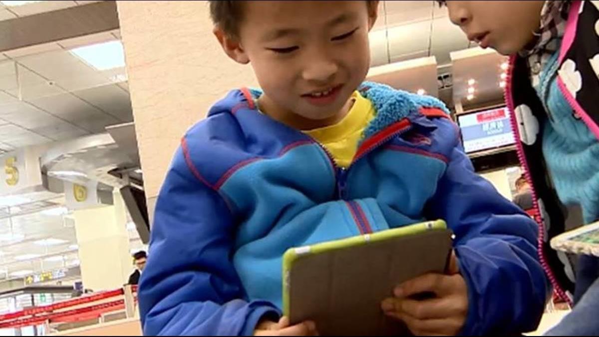 還在讓孩子滑手機?專家:20年後恐50萬人失明