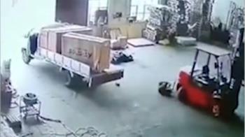跳車救貨物 遭堆高機輾殺!同事見血圈心驚