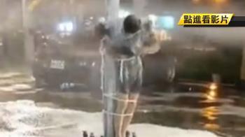 慶生惡搞!壽星遭噴泡沫 羅東夜市扛轎遊街