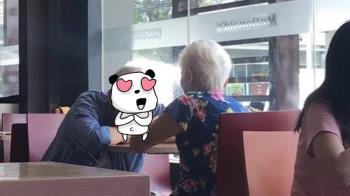 白髮夫妻麥當勞約會 爺爺深情趴望…眼神全是愛