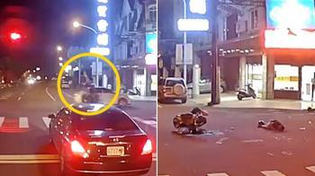 三寶對決!17歲男無照闖紅燈遭撞飛 驚悚影片曝光