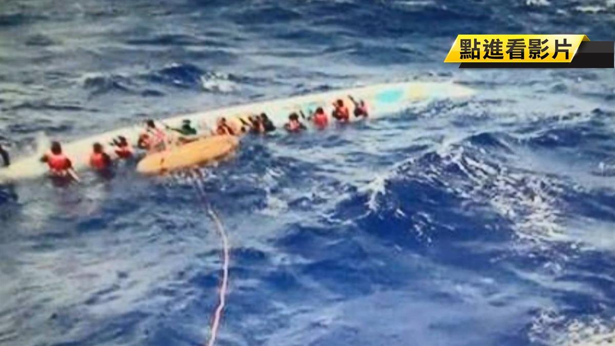 划龍舟到蘭嶼被浪打翻!17人落海被救起