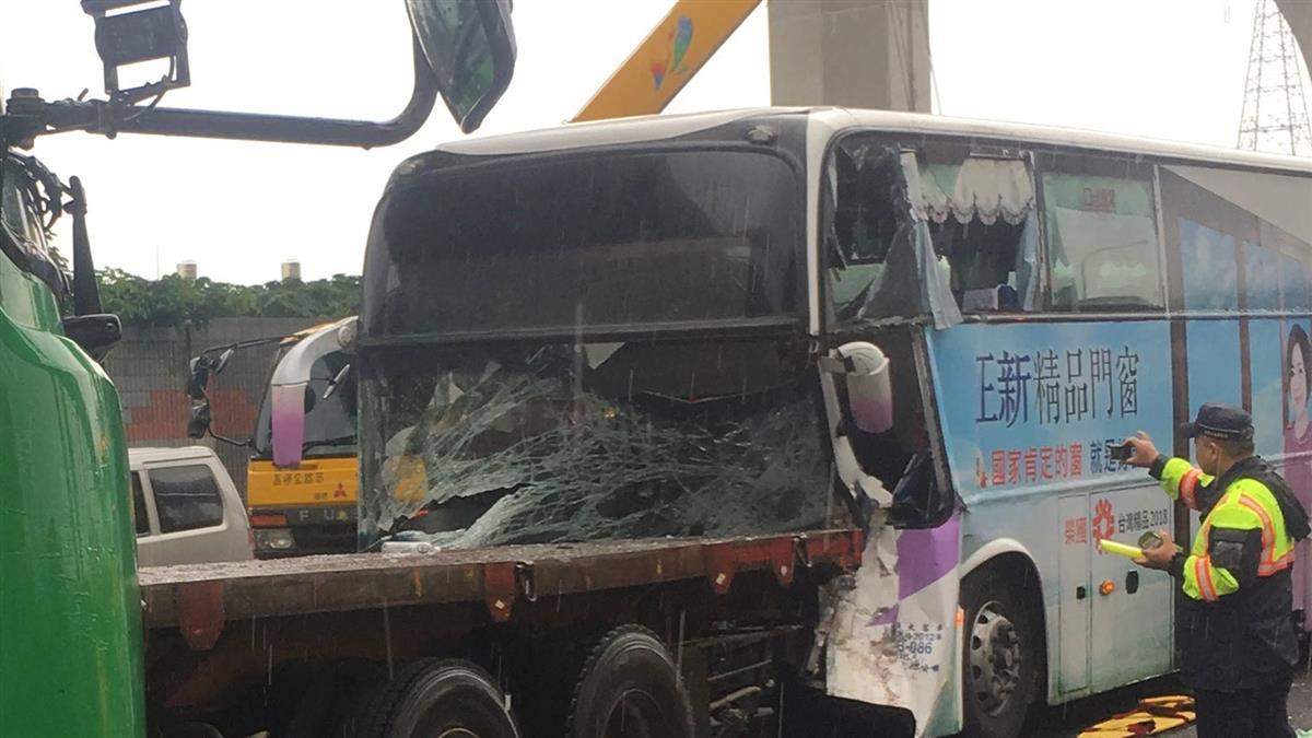 國一南下3車追撞!客運司機重傷不治  8人輕傷
