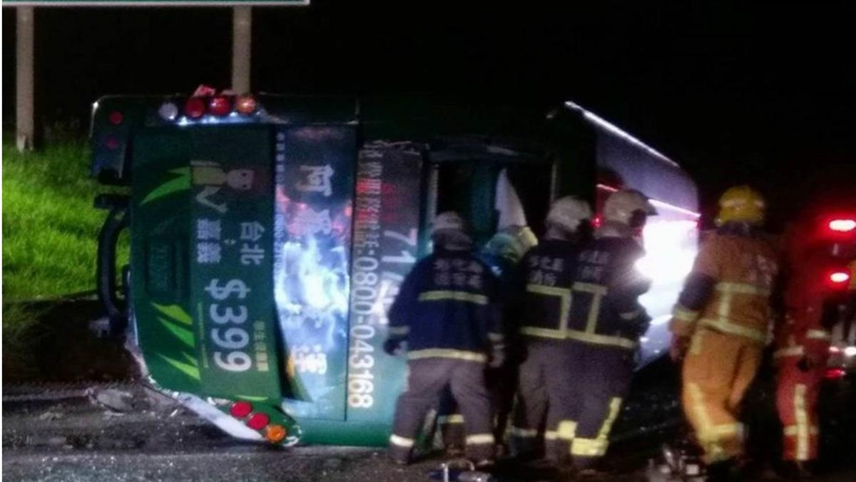 即/國道重大車禍!遊覽車衝下邊坡 至少2死10多人傷