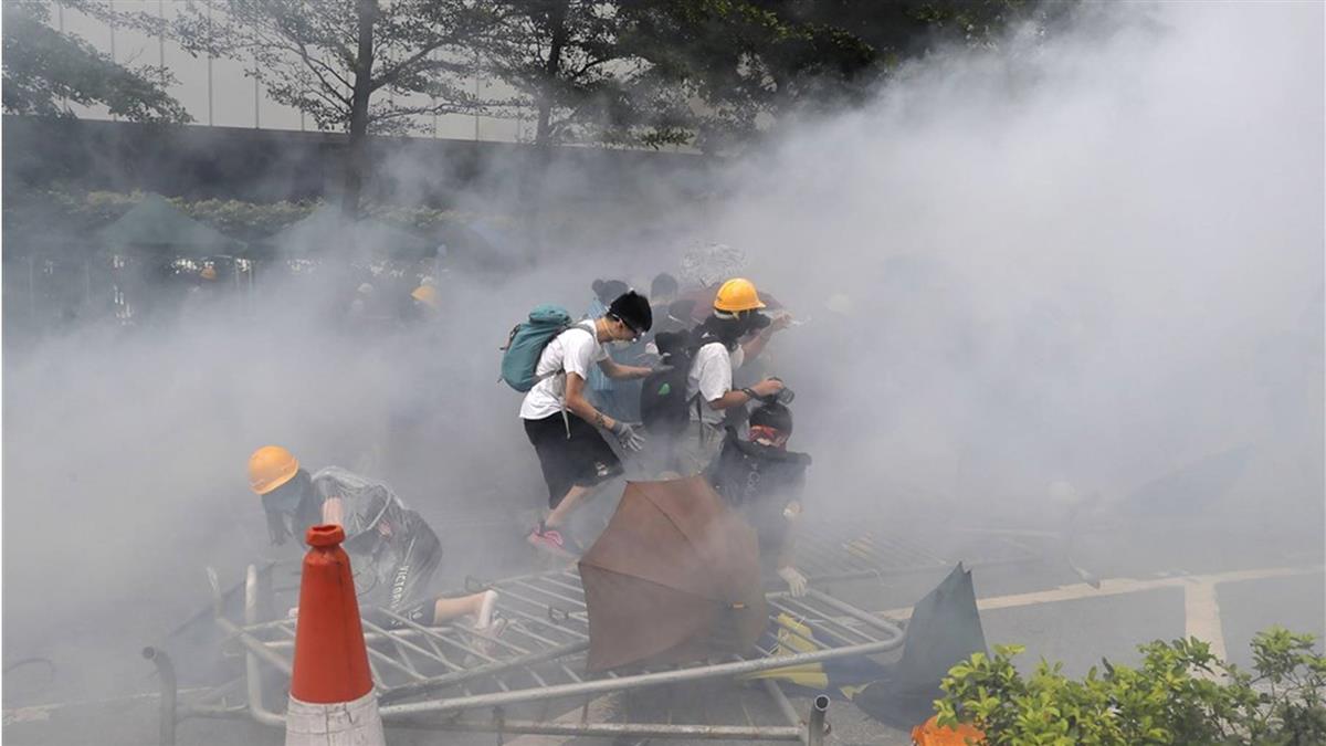 【不斷更新】反送中示威擲物 警射催淚彈準備清場