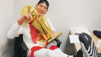 生涯首座冠軍戒!暴龍隊林書豪 成亞裔球員第一人