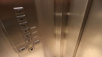 惡鄰霸佔電梯:尪洗頭快好了!住戶等20分氣炸