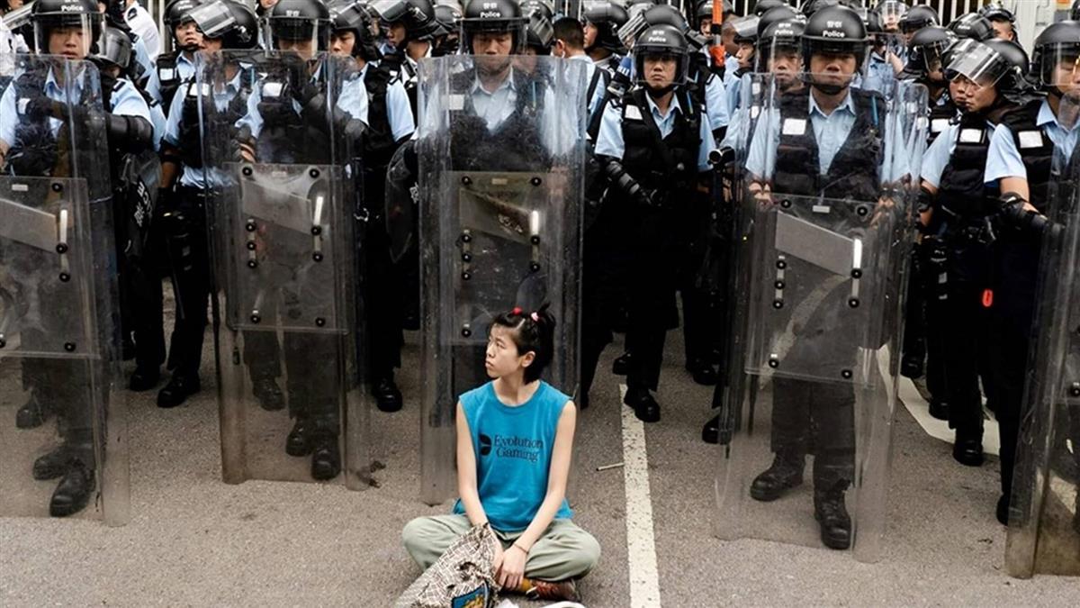 無懼!盾牌女孩訴求和平 孤身坐鎮暴警察前