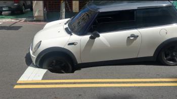 等紅燈 轎車左前輪動彈不得!一看高雄路又塌