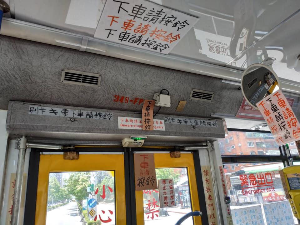公車司機怨念深!車門貼滿「防奧客符咒」..超奇妙畫面惹乘客狂拍照!一看就知道很不爽