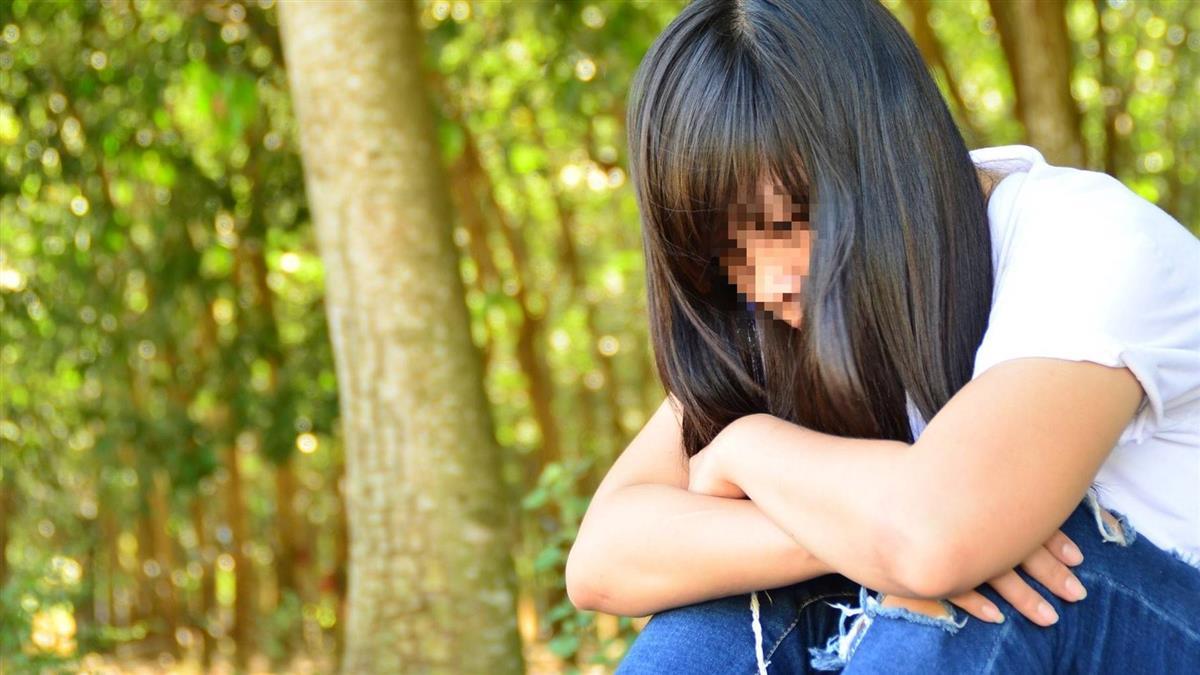 女大生職前訓練 摩鐵玩國王遊戲…3P失身