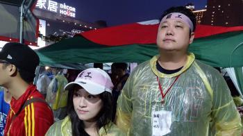 獨/支持長榮罷工 哈孝遠與空姐妻現身