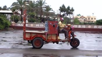 控雨天強迫老人搭蚵車出海!領隊怒:來搶錢的嗎?