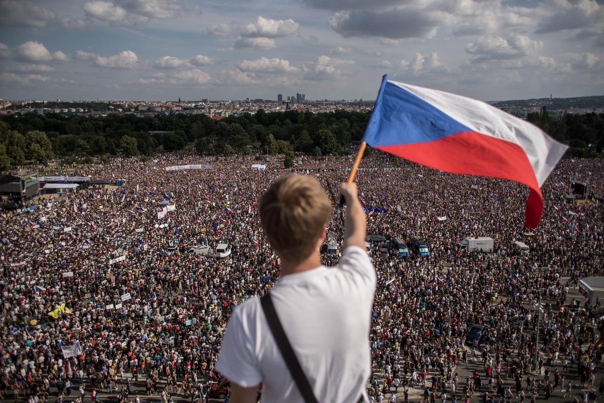 捷克布拉格25萬人上街 促涉貪總理下台