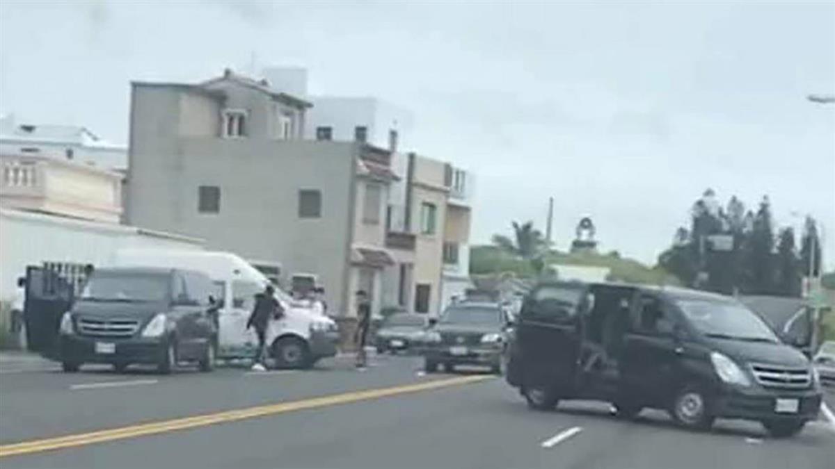 按喇叭爆行車糾紛 澎湖復康巴士被8人怒砸