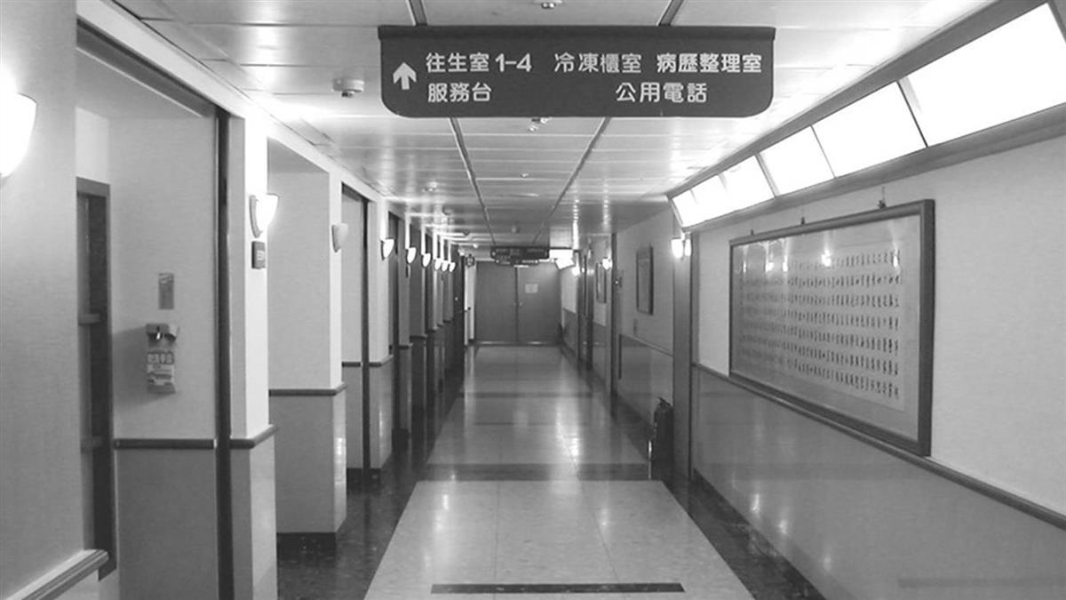 醫院電梯按13樓卻直降B3…阿伯吐5字 她嚇歪