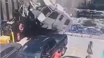 這不是電影!廂型車飛天墜砸渡輪 駕駛喪命