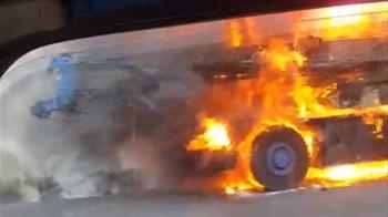 千萬吊車成火球!業者嗆駕駛:怎麼沒燒死